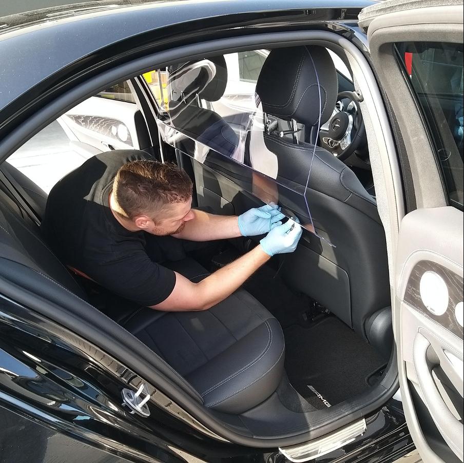 De montage van een op maat gemaakt Plexiglas Taxischerm door Damme Kunststoffen